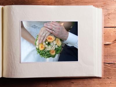 Fotodruck: Papiere für Fotos und Doumentationen. Foto eines Hochzeitspaares im Album.