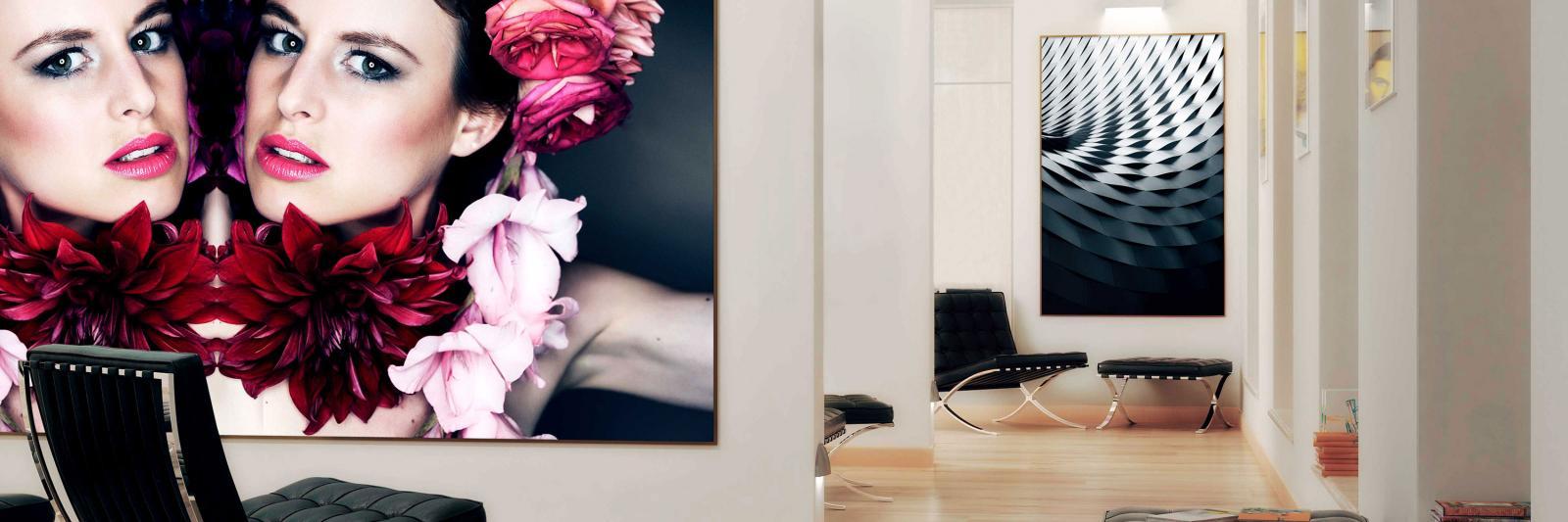 Bedruckbare Fotopapiere für grossformatige Werbung - Poster mit 2 Frauenköpfen und roten Blüten in einem weissen Flur