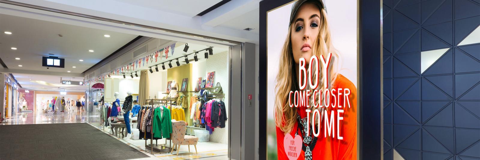 Druckmedien für Werbung -Einkaufspassage mit Leuchtkasten Mode