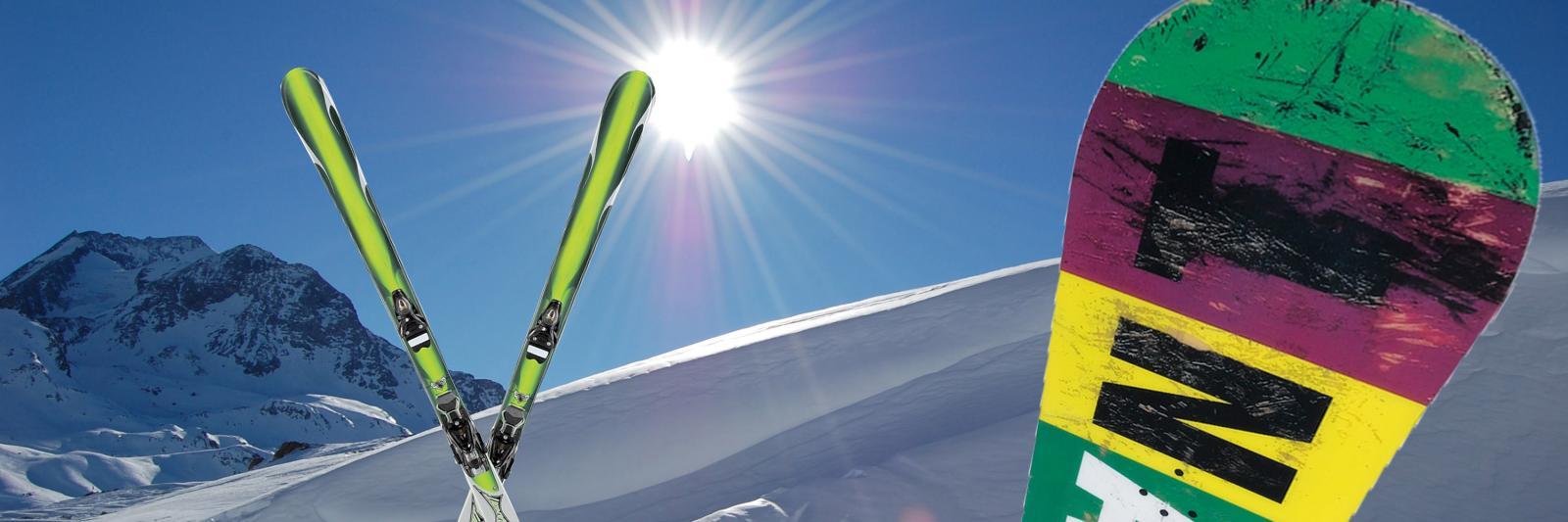 Transferpapiere für Sublimation auf harte Substrate - schneebedeckte Berge, strahlender Sonnenschein, Skier und Snowboard stehen im Schnee