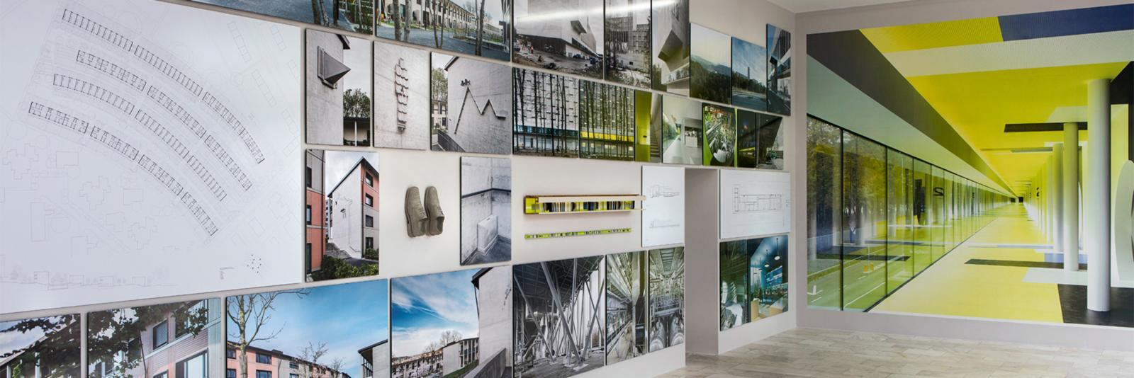 Inerior Design - Druckmedien für Tapeten und Dekoration - moderner Ausstellungsraum mit vielen kleinen Wandbildern