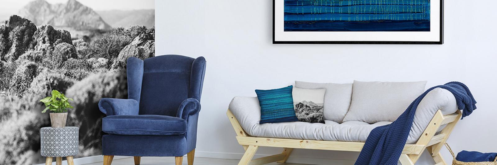 Druckmedien für Fotomehrwertprodukte - Zimmer mit grauer Couch, blauem Sessel, grauer Fototapete und Poster blau