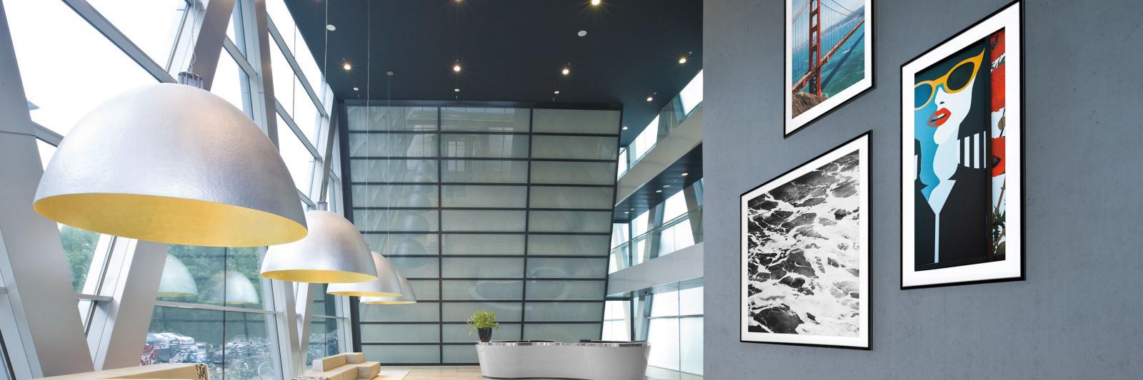 Beschichtete und selbstklebende Fotopapiere - moderne Eingangshalle mit Kunstdrucken auf einer grauen Wand