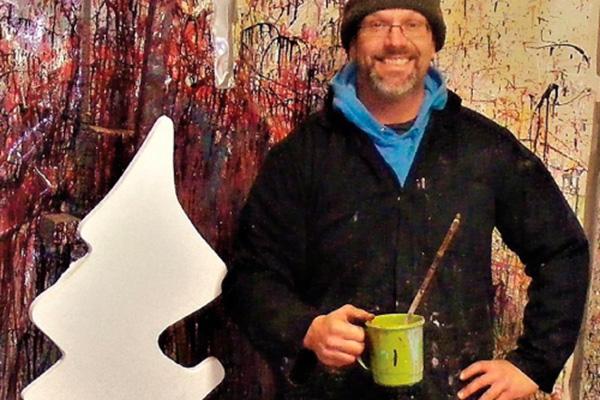 Canvas,Leinwand: Künstler mit Farbdose in Hand vor buntem Gemälde