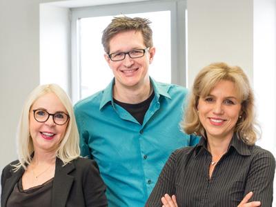 PVC-frei Polypropylenfolien - Gruppenbild Customer Service Team mit fünf Personen in Jeans und Hemd vor hellem Hintergrund mit zwei Fenstern title=