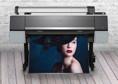 Medien für Epson Drucker. Epson Surecolor SC P8000 Drucker im Betrieb