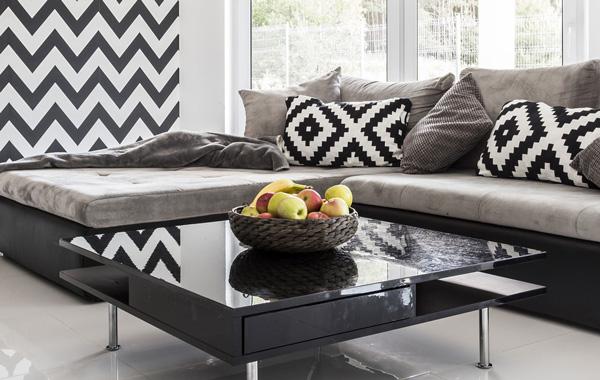 Druckmedien Vliestapeten – Wohnzimmereinrichtung mit grafischer, schwarz-weiss Mustertapete
