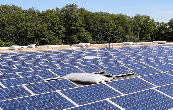 Umweltfreundliche Druckmedien- Photovoltaikanlage auf Dach